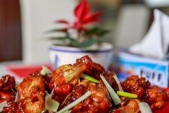 Alas de pollo asiáticas caramelizadas con el foco selectivo Fotografía de archivo