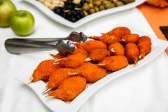 Alas de pollo calientes y picantes del búfalo Platos calientes de la carne - Fried Chicken Wings en una placa blanca Fotografía de archivo libre de regalías