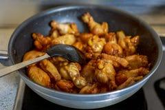 Alas de pollo caramelizadas asiáticas Fotografía de archivo