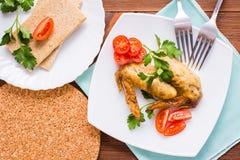 Alas de pollo cocidas con los tomates y el perejil de cereza Imagen de archivo libre de regalías
