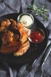 Alas de pollo con la salsa Fotos de archivo