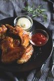 Alas de pollo con la salsa Fotografía de archivo libre de regalías
