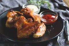 Alas de pollo con la salsa Fotografía de archivo