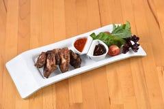 Alas de pollo con la salsa de barbacoa Fotografía de archivo libre de regalías