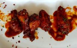 Alas de pollo fritas curruscantes del búfalo Imagen de archivo libre de regalías