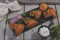 Alas de pollo frito con la salsa Foto de archivo libre de regalías