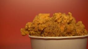Alas de pollo frito curruscantes, asación reutilizable y grasas saturadas, riesgo de cáncer almacen de video