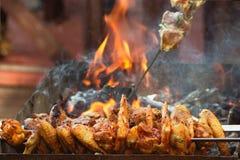 Alas de pollo frito en el fuego, parrilla, barbacoa, preparación de la comida campestre Foto de archivo