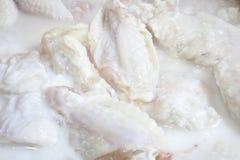 Alas de pollo que adoban Foto de archivo libre de regalías