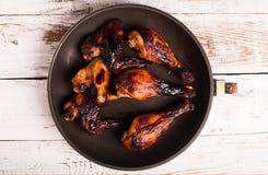Alas de pollo y espinilla asadas a la parrilla imagen de archivo
