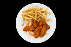 Alas de pollo y patatas fritas calientes Fotografía de archivo libre de regalías