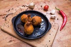 Alas del pollo en frito Imagenes de archivo