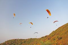 Alas flexibles contra el cielo azul Las alas flexibles brillantes vuelan en Imagen de archivo libre de regalías