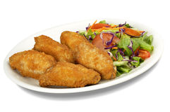 Alas y ensalada de pollo Imagen de archivo libre de regalías