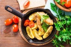 Alas y patatas cocidas de pollo Imagen de archivo
