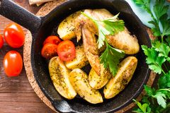 Alas y patatas cocidas de pollo Fotos de archivo libres de regalías