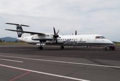 Alaska Airlines door de commerciële vliegtuigen dat van de Horizonlucht in werking wordt gesteld stock foto