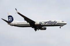 Alaska Airlines-Vliegtuig die bij de Luchthaven van de Hemelhaven landen Stock Afbeelding