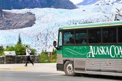 Alaska - barramento de excursão na geleira de Mendenhall Imagens de Stock Royalty Free