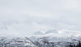 alaska Berge Winterlandschaft mit Schnee und blauem Himmel Lizenzfreie Stockbilder