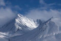 alaska Berge Winterlandschaft mit Schnee und blauem Himmel Lizenzfreies Stockbild