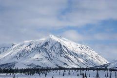 alaska Bergen De winterlandschap met sneeuw en blauwe hemel Royalty-vrije Stock Afbeeldingen