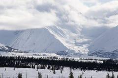 alaska Bergen De winterlandschap met sneeuw en blauwe hemel Stock Foto