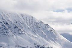 alaska Bergen De winterlandschap met sneeuw en blauwe hemel Royalty-vrije Stock Afbeelding