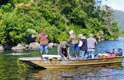 Alaska - Boot voll der Leute, die für Lachse fischen Stockbild