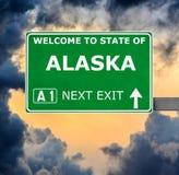 ALASKA drogowy znak przeciw jasnemu niebieskiemu niebu obraz royalty free