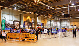 Alaska-Fluggäste innerhalb des Seward Kreuzschiff-Terminals Stockfotos