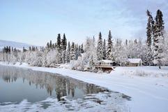 Alaska-Haus auf dem Fluss im Winter Lizenzfreie Stockfotos