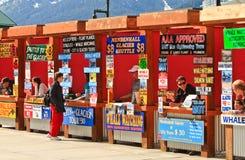 Alaska- - Juneau-Reiseflug-Ausflug-Verkäufer-Stände Stockfotos