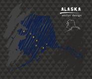 Alaska-Karte mit Flagge nach innen auf der Tafel Kreideskizzen-Vektorillustration Lizenzfreies Stockfoto