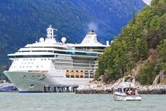 Alaska kryssningShip och fiskebåt Skagway Arkivbilder