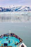 Alaska kryssningShip på den Hubbard glaciären Arkivfoton