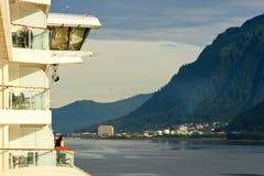 Alaska - kryssningShipbalkongen beskådar Juneau Arkivfoto
