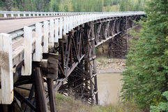 Alaska-Landstraßen-historische Holzbrücke Stockbilder