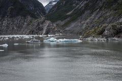 Alaska lodowa kawał z małą łódką w oceanie Fotografia Royalty Free
