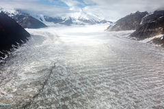 Alaska-Luftlandschaft von Bergspitzen und von breiten Glazial- Tälern und von Eisflüssen Stockbild