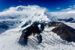 Alaska-Luftlandschaft von Schnee mit einer Kappe bedeckten Bergspitzen Stockfotografie