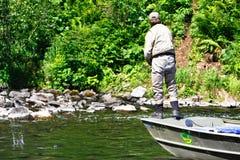 Alaska - mężczyzna połów dla łososia od łodzi Zdjęcia Stock