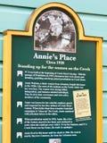 Alaska - muestra histórica de la etiqueta de plástico del lugar de Annie de la calle de la cala fotografía de archivo libre de regalías