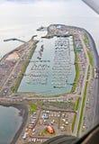 Alaska - opinión aérea del puerto del bote pequeño del escupitajo del home run imagenes de archivo
