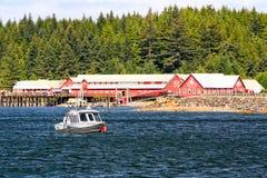Alaska pekar den Icy straiten att fiska nära canneryen Arkivfoton