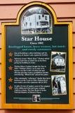 Alaska - sinal histórico do marcador da casa da estrela da rua da angra Fotografia de Stock