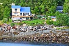 Alaska-Ufergegend, die nahe Ketchikan lebt Stockfotos