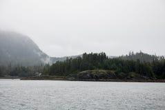 Alaska USA - kryssa omkring i den Auke fjärden i en molnig dag Arkivfoton
