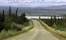 Alaska väg från Fairbanks till norra polcirkeln Royaltyfria Bilder