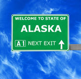 ALASKA vägmärke mot klar blå himmel arkivfoton